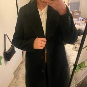 Snygg svart kappa från bubbleroom, köpt för något år sen men sparsamt använd. Skärpet till saknas men det funkar utan, annars går det nog att köpa till eller använda från annan kappa💕💋