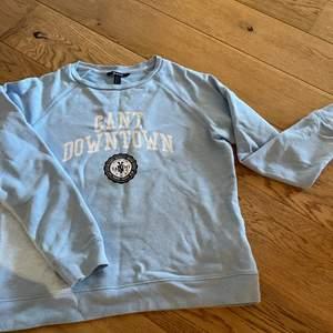 Ljusblå gant sweatshirt. Sparsamt använd. Inga defekter. Storlek M (säljer även en exakt likadan i storlek S)