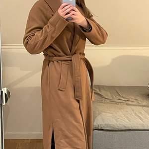 Supersnygg varm brun/kamelfärgad kappa från Cubus som bara är provad en gång. Jag är ungefär 173 cm, så den är ganska lång. Jag är osäker på vad frakten blir, då jag inte har vägt jackan än. Säljs fortfarande på Cubus för 1000 kr🍂  För fler bilder eller andra frågor är det bara att kontakta mig!😃