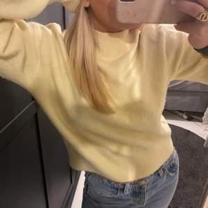 Gullig ljus gul tröja ifrån other&stories storlek xs. Bra skick☺️