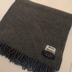 Helt ny stor halsduk från Acne utan tags kvar. Säljer då den aldrig kommit till användning!