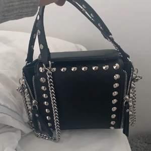 Säljer denna populära väska då den inte kommer till användning längre, väskan är väldigt eftertraktad så buda!😜