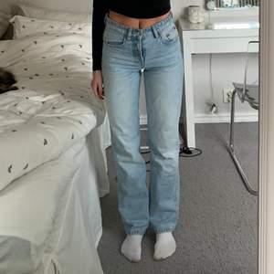 Lågmidjade populära Zara jeans strl 34. 💓 Bud på 300kr.