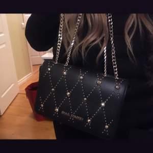 Säljer min jätte fina versace axelrems väska. Helt felfri och perfekt skick. Rymlig och unik.