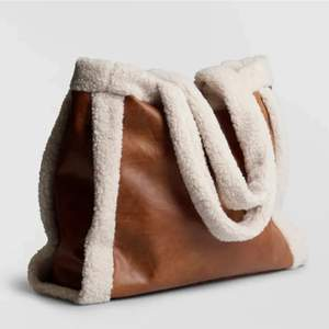 Brun rymlig väska från Gina Tricot. Aldrig använd 🤎 Nypris: 399:-