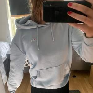 En jättefin ljusblå hoodie från Fila. Storlek m. Säljer då den inte används. Frakt tillkommer på 66kr (spårbart) 💜skriv vid intresse!