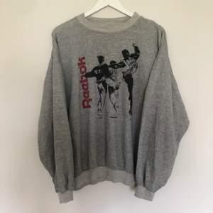 Reebok Sweatshirt i storlek XL. Den är väldigt tunn och skulle passa perfekt inför sommaren. Den är från 90-talet. Har en boxy passform. Vintage skick med inga defekter.