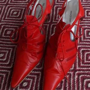 Ett par italienska röda sandaletter i skinn från Panos Emporio stl. 38. Vackert silvrigt skinn på insidan. Har används sparsamt.
