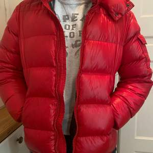 Säljer denna snygga Monclear jacka!  Unisex. Givetvis äkta, storlek M. Nypris ca 14 000, mitt pris 5000. Köpt på nk!