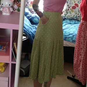 Fantastisk fin grön kjol med vita prickar. Har fickor. Resår midja. Använd fåtal gånger perfekt skick