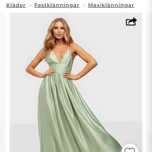Superfin balklänning från Nelly!! Perfekt till avslutningsmiddag eller bal!! Säljer pga att min bal är inställd. Ny pris 1099 säljer för 800kr men priset kan diskuteras för en snabb affär ❤️