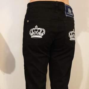 Säljer nu ett par jättesnygga Rock & Republic x Victoria Beckham jeans, som tyvärr är för stora för mig 😔 Jättebra skick! ☺✨ Midjemått ca. 39 cm (rakt av), Innerbenslängd ca. 76 cm 🔫 Köparen står för frakten 📦 Priset kan diskuteras 💅🏼