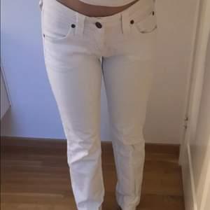 Ett par riktigt fina lågmidjade Lee jeans utan bakfickor och utsvängda i benen som är använda endast en gång!