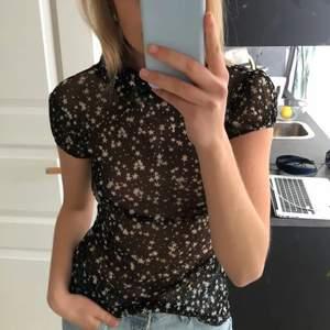 Sjukt fin mesh tröjan som du kan använda till festerna i sommar eller när du vill. Storlek S men passar XS men även upp till M då den är stretchig i materialet, frakten ingår ej i priset