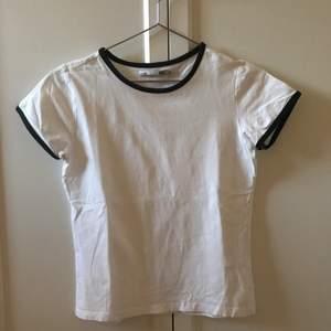 """Söt t-shirt med 80-talsvibes köpt för några år sedan, men som i nyskick💗 frakt tillkommer! Har en likadan fast i svart med vita """"ränder"""" ifall intresse visas"""