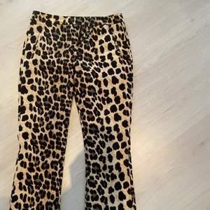 Ursnygga kostymbyxor med leopardmönster med lite bootcut effekt💘 Superfint skick! Storlek S (frakten går att diskutera)☺️