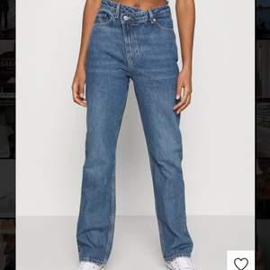 SÅ fina jeans från weekday i storlek 27x32, köpta för 579 kr 🦋🦋 säljes pga tyvärr för stora för mig