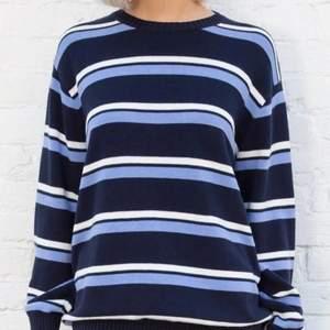 Säljer min långärmade sweater från brandy melville. Finns inte kvar på hemsidan. Storlek one size men passar ungefär som en m/l. Frakt står köparen för