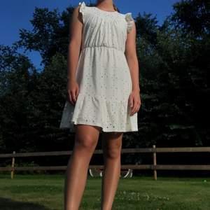 Söt klänning med volanger och hålmönster från Vero Moda!🤍 Köpt för 299:- och har bara använts en gång! Storlek XS men passar även S.