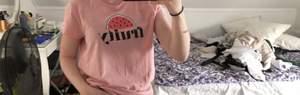 """Fin lite mörkare rosa t-shirt med trycket """"fruity"""" med en vattenmelon över. Materialet är bekvämt och tröjan är lite längre samt sitter väldigt löst runt om. Användes knappt och är i storleken M. (Går även att klippa av och göra en croptop av)"""