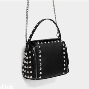 Funderar på Att sälja min Snygga Nitväska🤍SÄLJER BARA VID BRA BUD🤍🤍Väskan kommer ifrån Zara och är som ny! Skriv för fler bilder! Budet börjar på 200kr