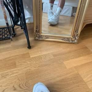 Fila sneakers, använt skick 🤍 Snygg trendig modell. Storlek 42 men skulle säga att de även passar storlek 41