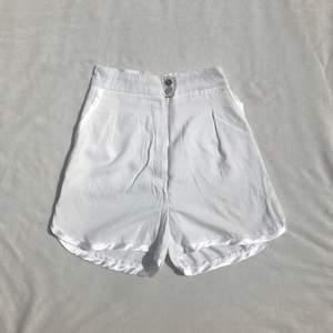 Vintageshorts med sidendetaljer i kanterna och runt fickorna. Knäpps med knappar och gylf fram. Hög midja. Strl XS, passar XXS-XS. För tighta på mig som är XS-S. +frakt 25 kr 💫