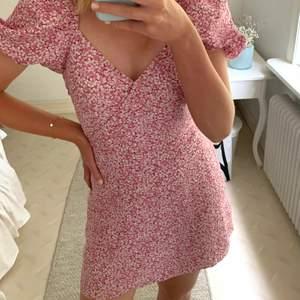Så fin rosa blommig klänning från & other stories, egentligen är den strl 40 men är lite omsydd i midjan så den passar en 36-38, inget som syns😊 använd väldigt få gånger så klänningen är i väldigt bra skick!!