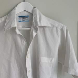 Skitfin kortärmad skjorta från Asos Marketplace. Herrstorlek S, sitter fint oversize på mig som vanligtvis har XS/S. Säljer pga har en liknande, så kommer ej till användning.