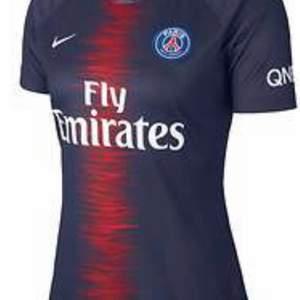 Jag söker detta plag (Nike Paris Saint-Germain Hemmatröja 2018/19, Dam i storlek 34, XXS eller typ 160!🥰❤️❤️❤️ jätteglad om nån kan sälja det för ett billigt pris!🎀💖dela gärna!💞🥰 särskilt om du vet att nån du känner har en sådan!🥰
