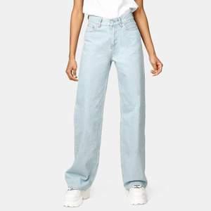 superfina och populära wide leg jeans från junkyard. high waisted storlek W25. som nya! 🤍 nypris 499kr, mitt pris 250kr. (finns inga bilder med plagget på så har/kan jag inte ordna några tyvärr).