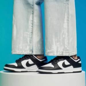 Säljer dessa helt nya & oanvända Nike Dunk Low Retro White Black i storlek 40. Inköpta från Sneakers Point, kvitto finns! Skickas dubbelboxat & med spårbar frakt på köparens bekostnad! Hör av dig vid frågor :). Vid stort intresse blir det budgivning 😄
