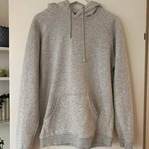 Säljer min ljusgrå hoodie från bikbok i stl M, passar både stl S och M. Säljer för att den är för liten och inte kommer till användning!