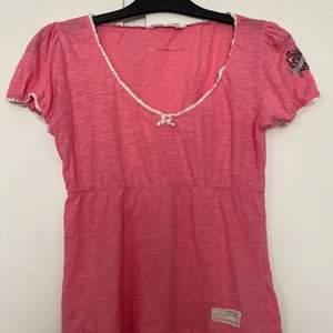 En fin rosa T-shirt från odd Molly 💘 jag har använt den typ 3 gånger bara men fint skick. Säljer den för jag använder inte den💕 Kan Mötas upp eller fraktar (köparen står för frakten)💗  priset kan diskuteras privat💖