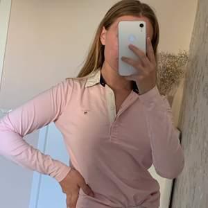 En skjort-tröja ifrån Gant, sparsamt använd så superfint skick, den är mjuk och en väldigt fin ljusrosa färg! Säljer den pågrund av att jag använder den för lite