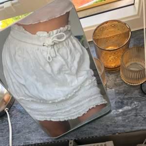 En somrig och super söt kjol ifrån Bik Bok, den är i storlek M och har volanger vid sidan däruppe och därnere lite med. Använd fåtal gånger, den har mönster på sig som är svåra och se. Skicka pm vid frågor eller om intresse vid köp!❤️