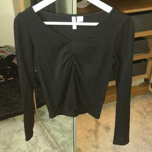 Säljer en superfin långärmad tröja med scrunch, använd ca 5 gånger. Superbra skick, väldigt snygg och skön på. Säljer då den tyvärr är för kort i ärmarna för mig