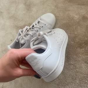 Säljer mina Adidas Stan Smith i storlek 38 2/3 då dem inte kommer till användning!! Endast använda två gånger så väldigt fint skick!! Säljer för 350kr + frakt 💕 Kommer ifrån ett djur och rökfritt hem 🤎