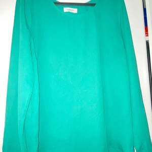 Grön lång blus köpt från ZALANDO. I materialet Chiffong. Älskar den gröna färgen på blusen. I storlek 38, dvs Small men funkar lika bra för M med! Man ser inte igenom blusen överhuvudtaget. Blusen går inte att hitta på ZALANDO längre då den köptes för ett bra tag sen😊