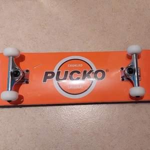 Helt oanvänd skateboard med plast kvar runt om. Säljer på grund av att den ej används. Säljes för 800kr eller högst bud