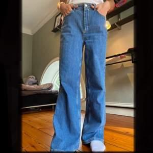 Säljer dessa supersnygga jeans ifrån Cubus, knappt använda!