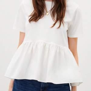 Säljer denna superpopulära volanf tröjan från Zara som är helt slutsåld. Aldrig använd lappen sitter kvar. ❤️❤️Skiv vad du kan tänka dig att betala direkt