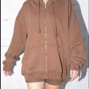Säljer min älskade zip hoodie från Brandy då det aldrig kommer till användning längre:/ Den är oversized och därav väldigt varm och skön. Använd ibland men absolut inga defekter! Köparen står för frakten💕