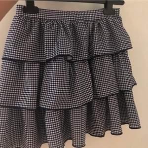 Säljer min fina zara kjol som knappt är använd. Superfint till hösten med ett par tights till. Har inga tecken på användning. Frakt 48kr❤️