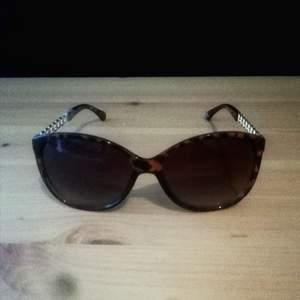 Snygga solglasögon i Vintage Style från Oriflame. Solglasögonen är ancnda ett par gånger men fortfarande i mycket fint skick. (Ordinariepris 149:-) OBS! Kan postas, (Jag ansvarar dock EJ för hur posten väljer att behandla varsam post)