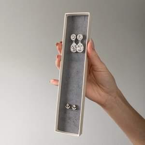 Vackra glimmande (och desinfekterade såklart) örhängen✨ Örhängen Lily&Rose - 249kr (originalpris 499, säljer för halva!)                                                                          Örhängen Ankare - 89 kr                                               GRATIS FRAKT 💙                                                               OBS! Båda örhängerna går att köpa enskilt eller till paketpris + ett matchande armband!