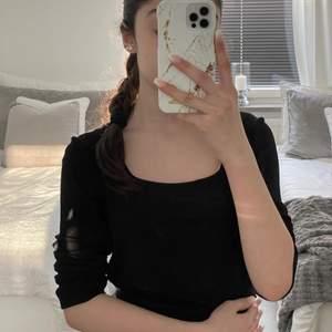 Jätte fin svart tröja men fin detalj vid bysten, oanvänd!