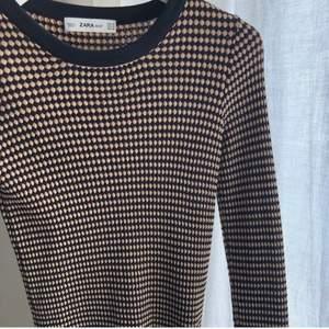 Säljer Denhär populära toppen från Zara!! Använd fåtal gånger men ser ut som ny