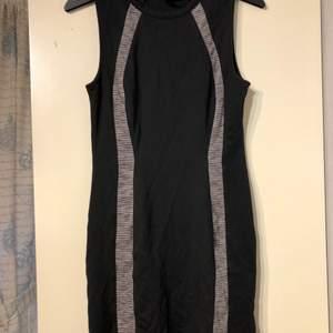kort fin svart klänning med gråa detaljer i storlek 36. använd men fint skick.