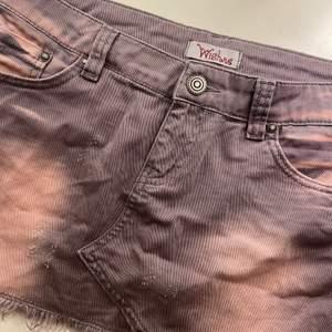 Säljer sötaste miniskirten från märket Wishne. Så snygg tvätt och väldigt unik då den har coola slitningar och många detaljer! Svårt att få tag i sånna här kjolar så tar emot bud💕💕